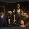 Mortícia aparece plena e gótica em cartaz de A Família Addams