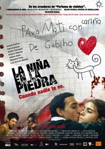 La Niña en La Piedra - Poster / Capa / Cartaz - Oficial 1