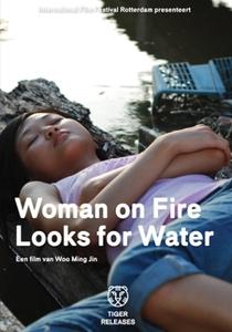 Mulher em Chamas Procura por Água - Poster / Capa / Cartaz - Oficial 1