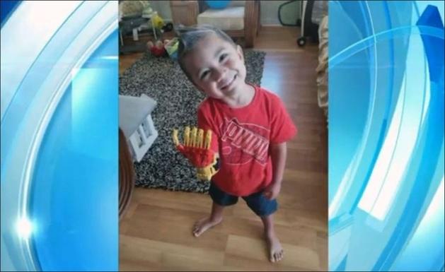 """Menino de 3 anos de idade ganha prótese do """"Homem de Ferro"""""""