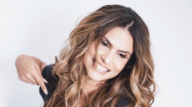Aline Barros assina contrato com a Paris Entretenimento