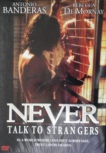 Nunca Fale Com Estranhos - Poster / Capa / Cartaz - Oficial 4