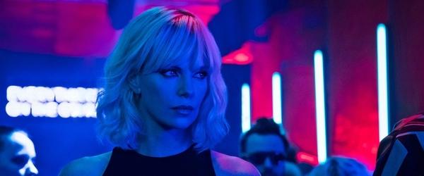 """Charlize Theron fala sobre estrelar versão lésbica de """"Duro de Matar"""""""
