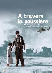 A Travers La Poussière - Poster / Capa / Cartaz - Oficial 1