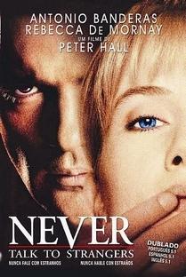 Nunca Fale Com Estranhos - Poster / Capa / Cartaz - Oficial 8