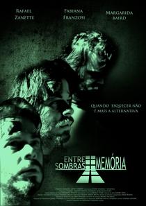 Entre Sombras e Memória - Poster / Capa / Cartaz - Oficial 1