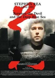Entre o Inferno e o Profundo Mar Azul - Poster / Capa / Cartaz - Oficial 1