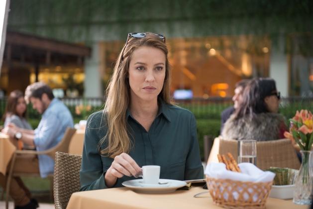 Luana Piovani vive escritora de sucesso abandonada pelo marido