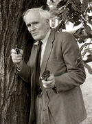 "O homem por trás de ""Q"" (Now Pay Attention 007: A Tribute to Actor Desmond Llewelyn)"