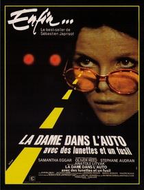 A Garota no Automóvel - Com Óculos e um Rifle  - Poster / Capa / Cartaz - Oficial 1