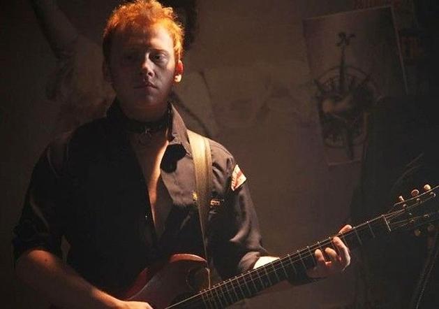 Rupert Grint e baterista do Foo Fighters estão em novas fotos e pôsteres de CBGB