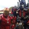 Homem de Ferro e Optimus Prime dançando juntos numa festa infantil