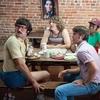 'Jovens, loucos e mais rebeldes' é retrato debochado dos anos 1980