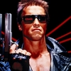 Linda Hamilton e Schwarzenegger recriam foto clássica