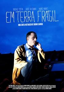 Em Terra Frágil - Poster / Capa / Cartaz - Oficial 1