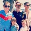Elton John, Neil Patrick Harris e suas famílias curtem férias juntos
