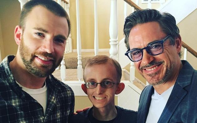 Robert Downey Jr. e Chris Evans visitam fã que luta contra o câncer